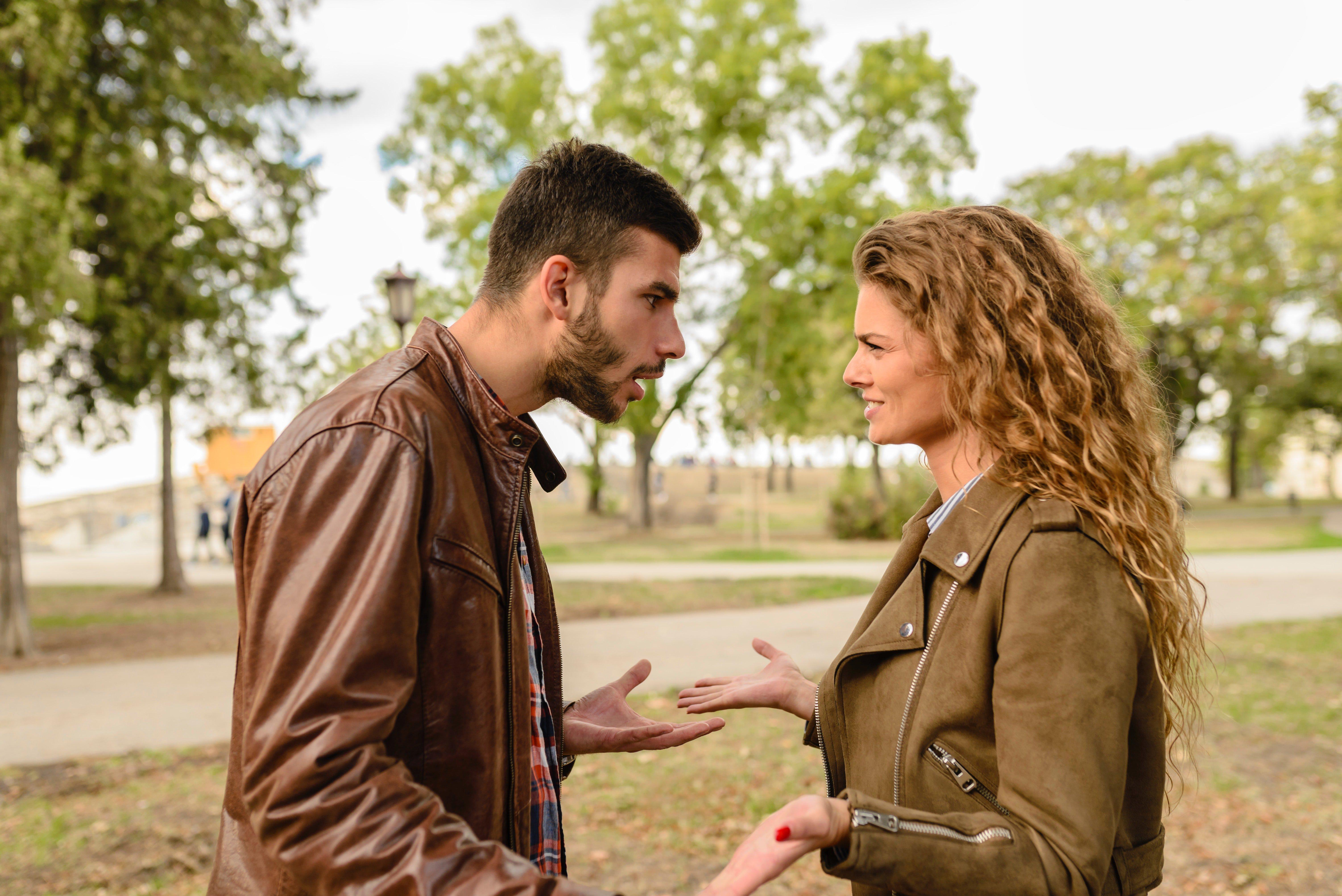 Casal se desentendendo no parque