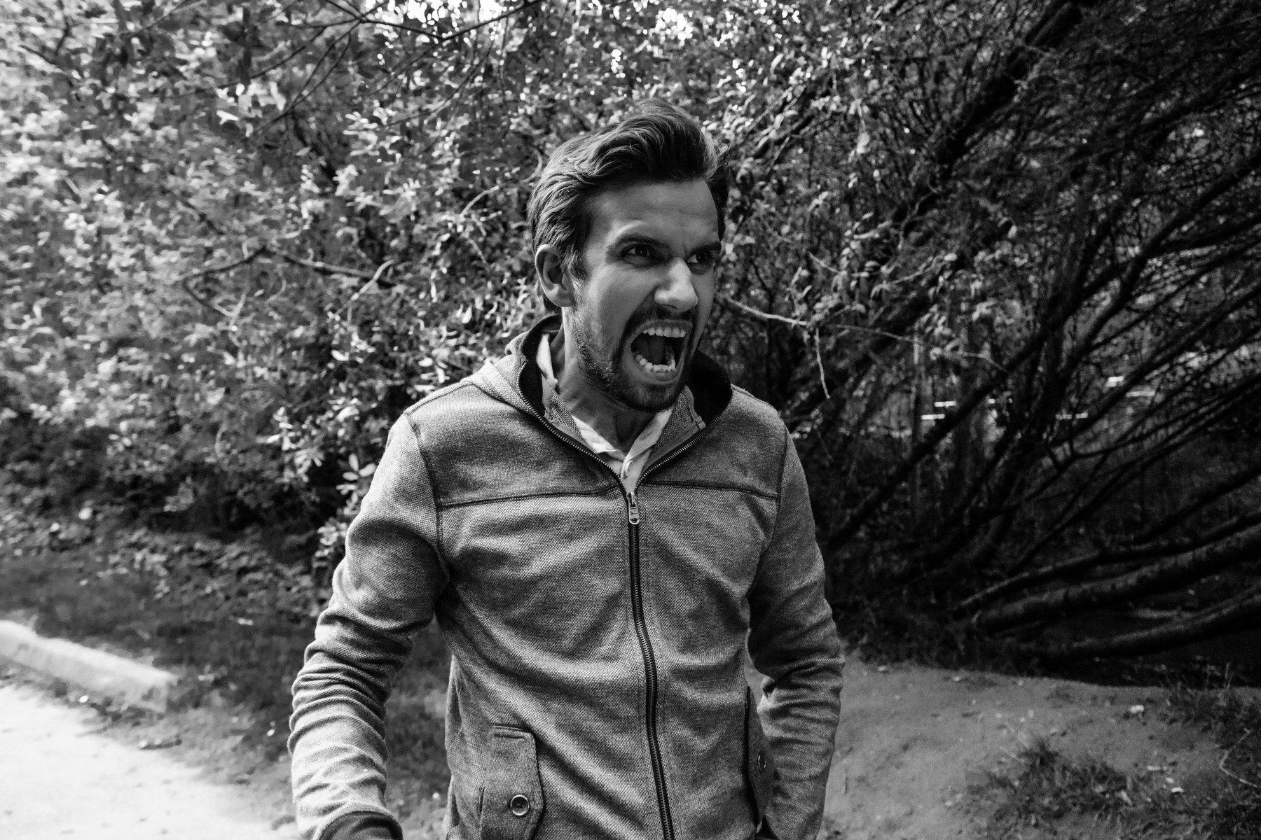 Foto preto e branco de um homem gritando