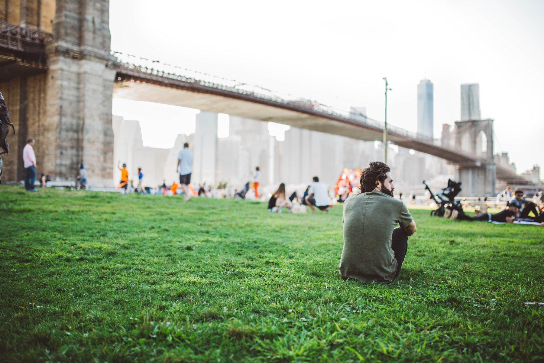 Homem pensando no parque Brooklyn em Nova Iorque